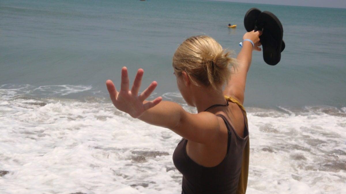 Julia am Strand mit Wellen