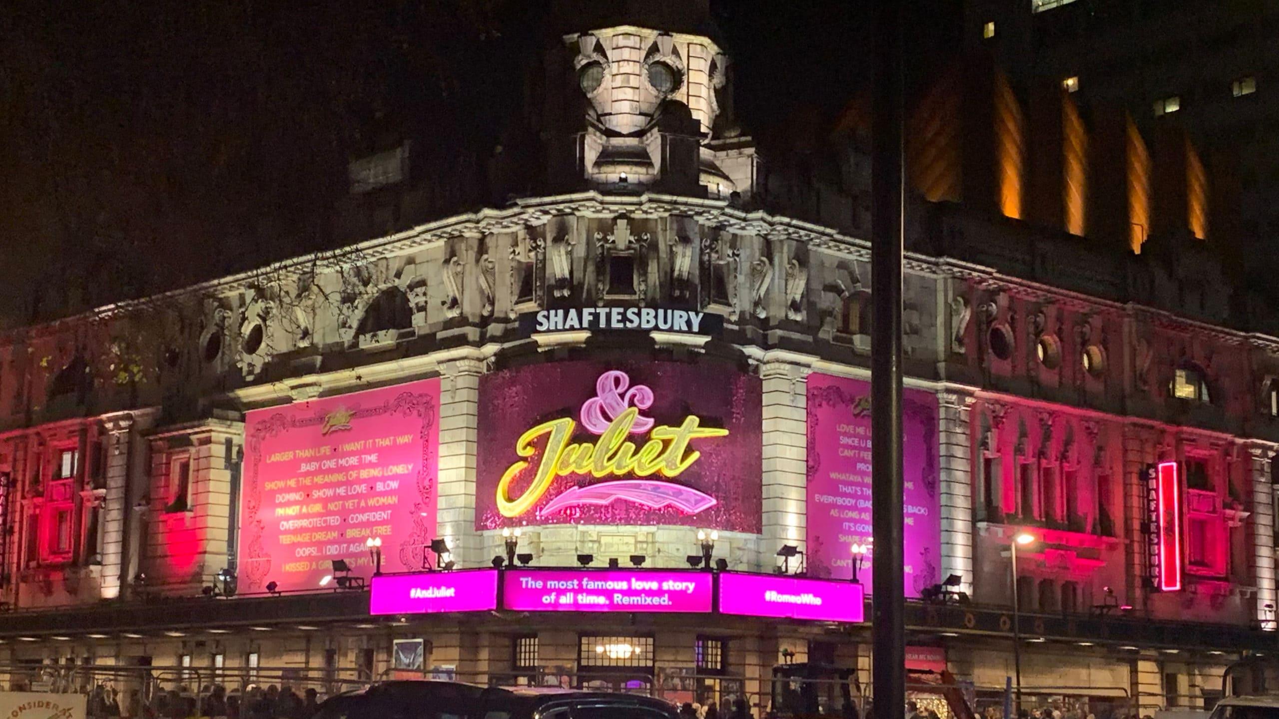 Im Shaftesbury Theatre in London läuft das Musical &juliet, den Soundtrack hört Julia rauf und runter.