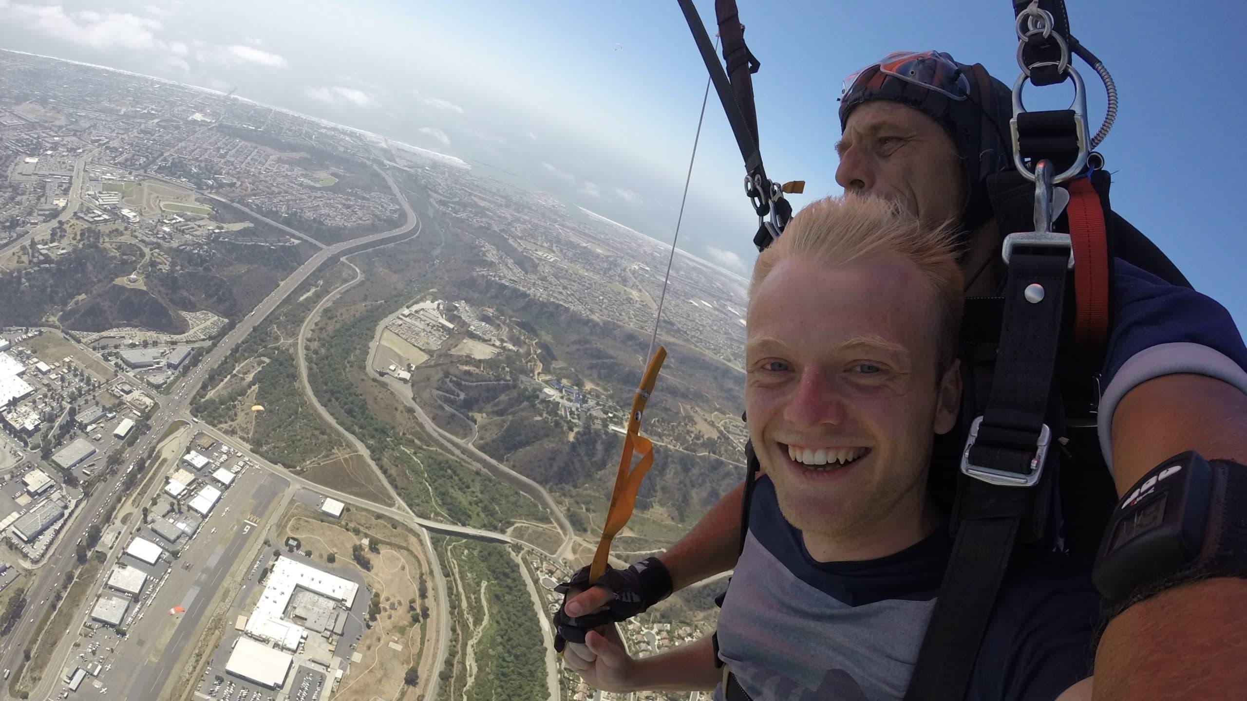Kleine Abwechslung zum Surfen: Oliver Trock beim Fallschirmspringen in Kalifornien