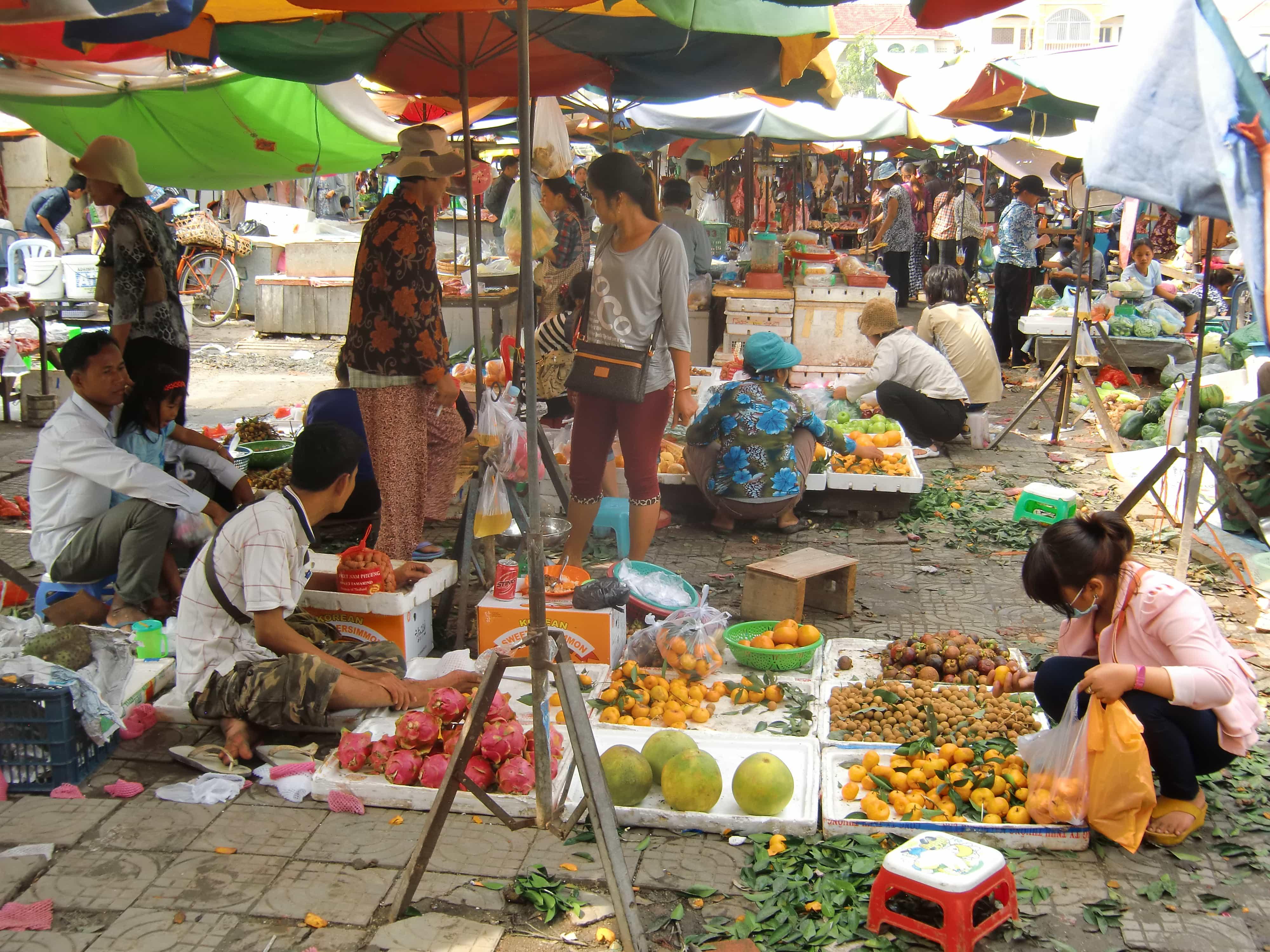 Ein Mann verkauft exotisches Obst auf dem Russian Market in Phnom Penh