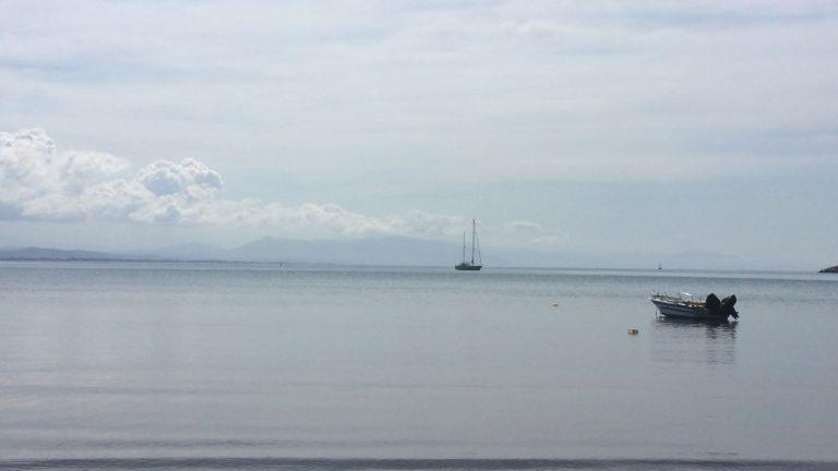Ein Boot im Hafen von Katakolon
