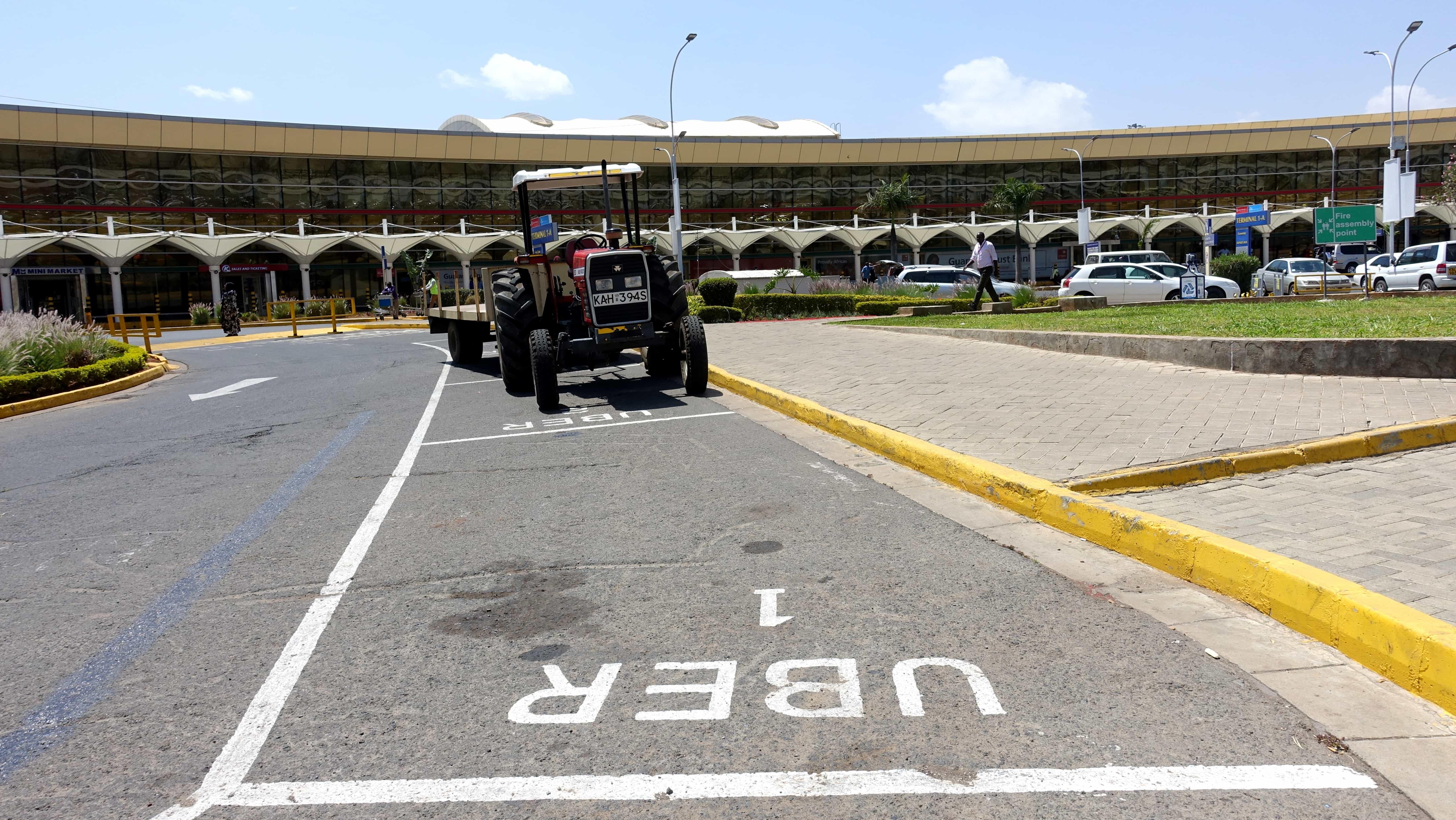 Uber vor dem Flughafen Nairobi in Kenia