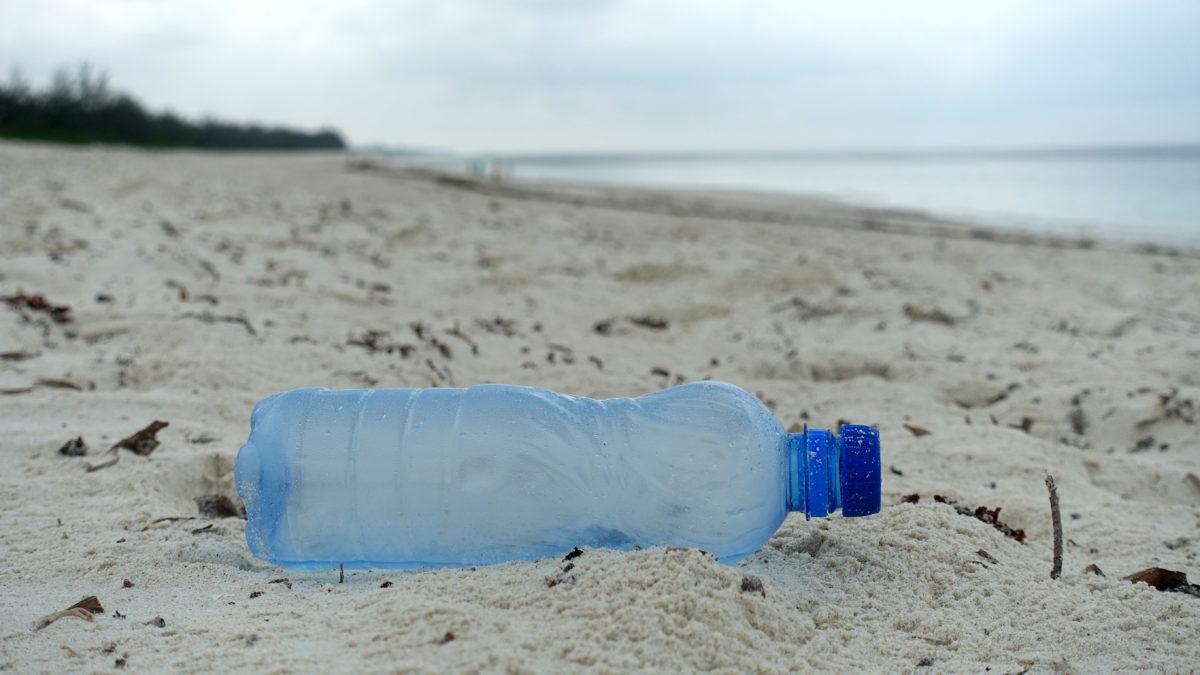 Plastikflasche am Strand von Watamu in Kenia Afrika