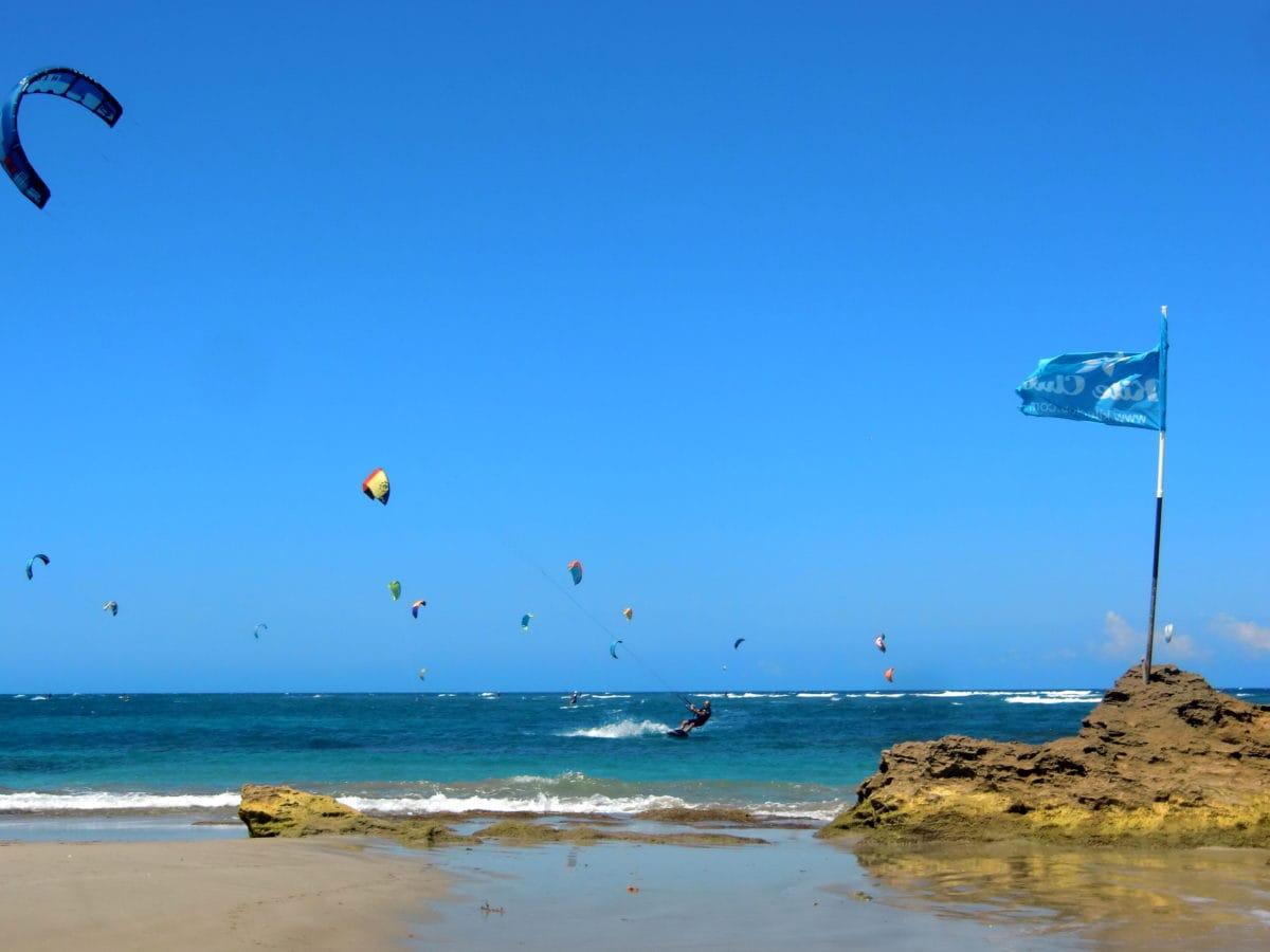 Kitesurfer am Kite Beach in Cabarete in der Dominikanischen Republik