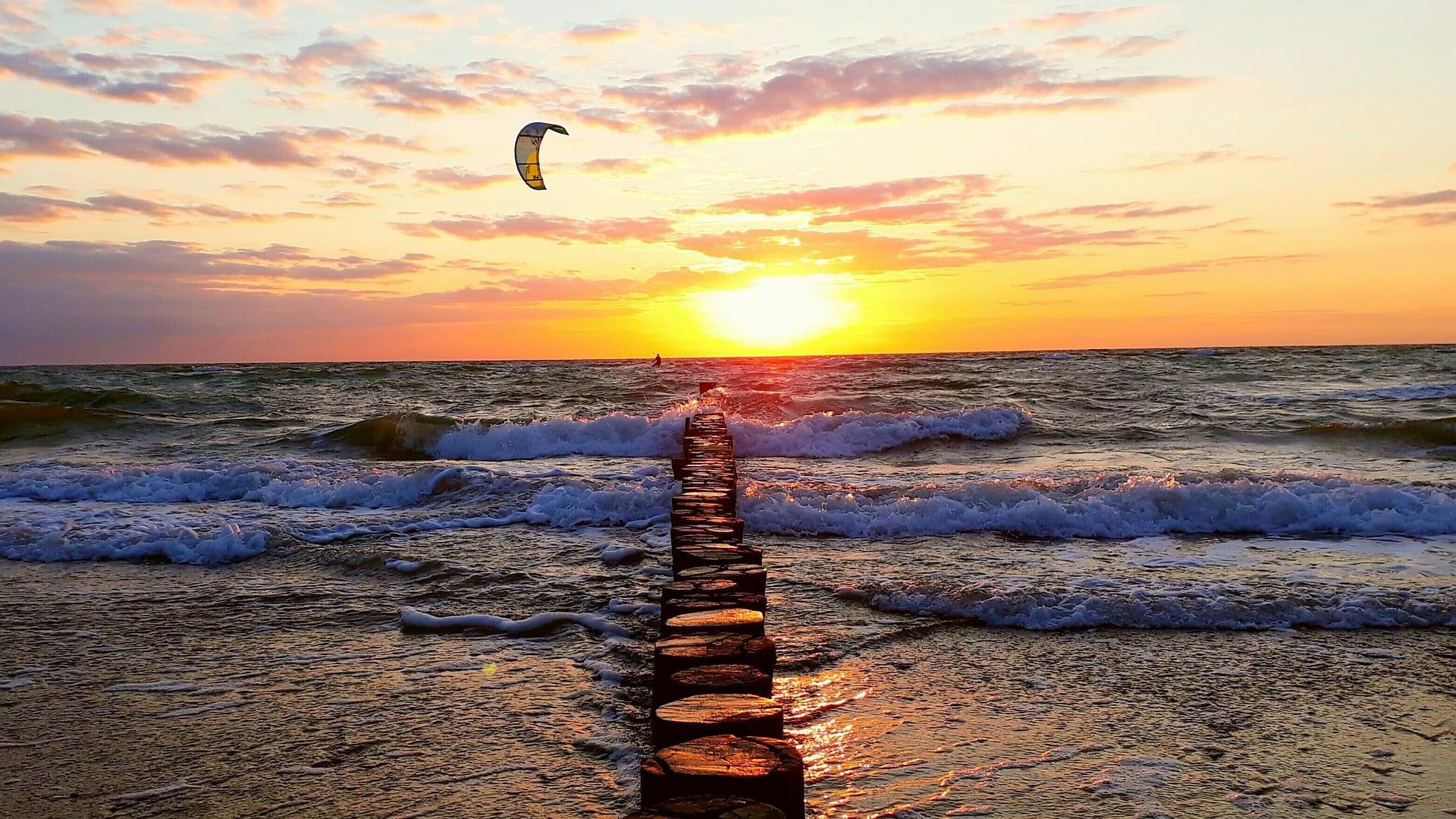 Kitesurfen vor Sonnuntergang