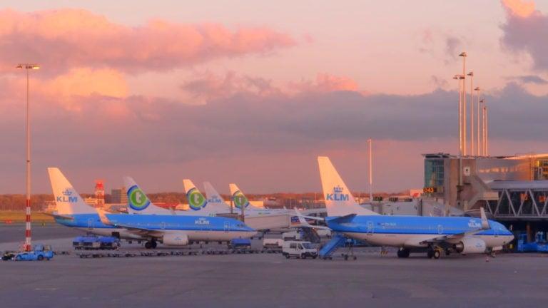KLM-Flugzeuge im Sonnenuntergang am Flughafen Schiphol in Amsterdam