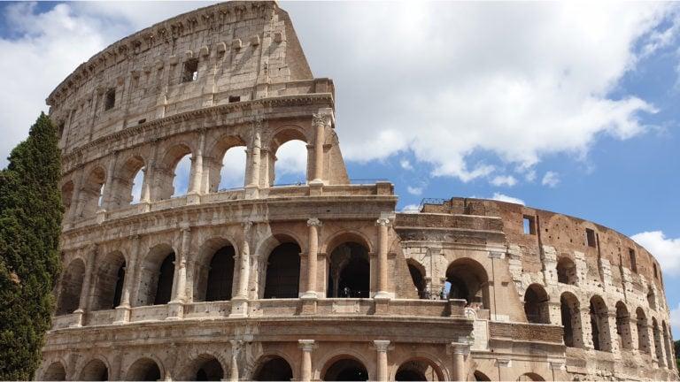 Frontalansicht des Kolosseum in Rom