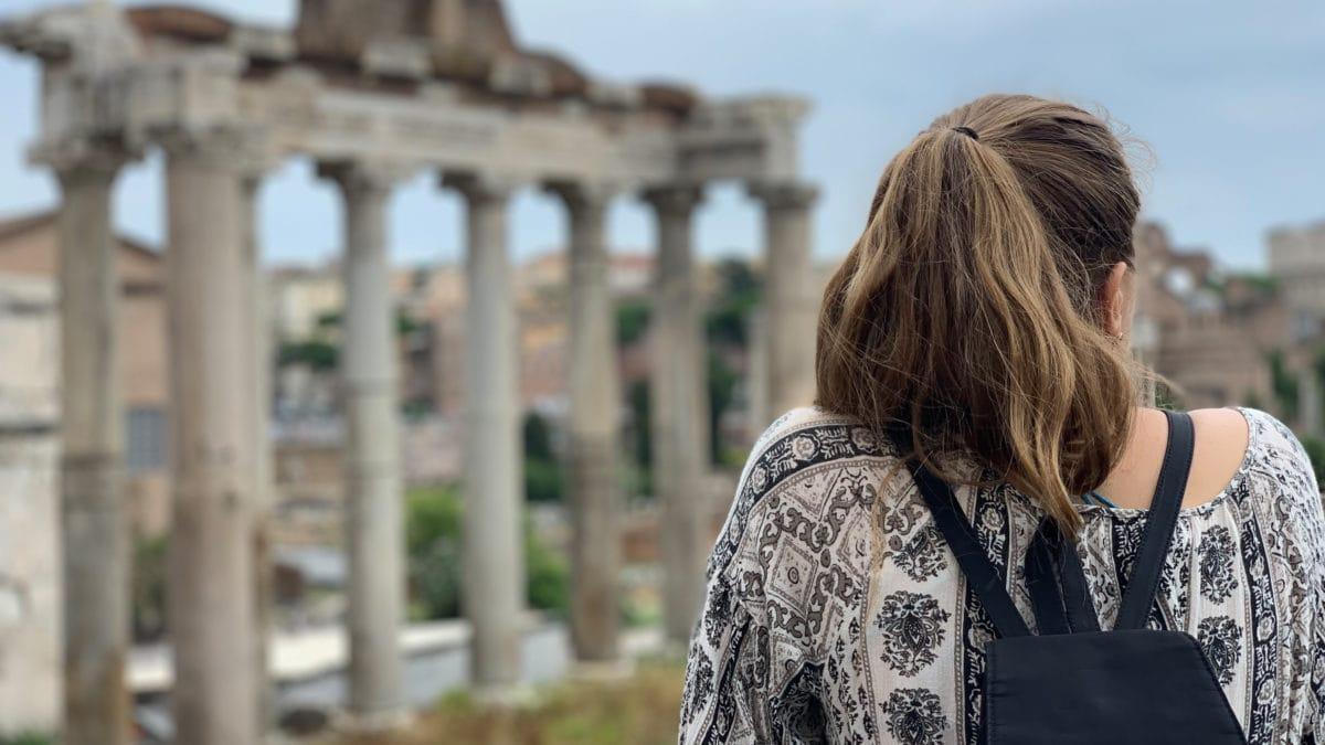Julia von hinten vor der Kulisse des Forum Romanum in Rom