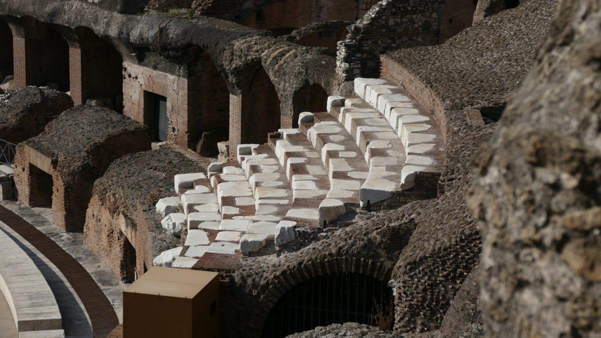Sitzplätze aus Marmor zeigen noch heute, wo Kaiser und Senatoren im Kolosseum saßen