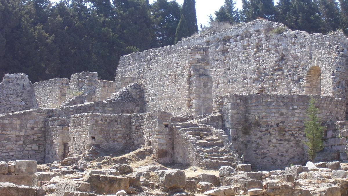 Das Asklepieion ist die bedeutendste Stätte von Kos und liegt auf einem immergrünen Hügel. In mehreren Terrassen angelegt und durch eine riesige Freitreppe verbunden, war das Heiligtum eine Mischung aus Behandlungsstätte, medizinischem Lehrinstitut, Bade- und Tempelanlage und anatomischem und pathologischem Museum.