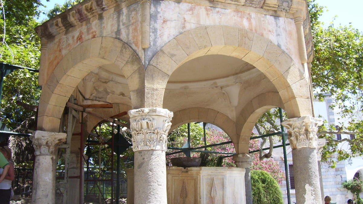 Auf Kos steht ein Brunnenhaus aus osmanischer Zeit, das von sieben Säulen getragen wird.