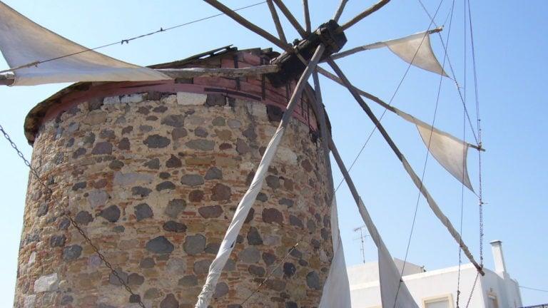 Vorbei an einer Windmühle auf der Fahrradtour über Kos.