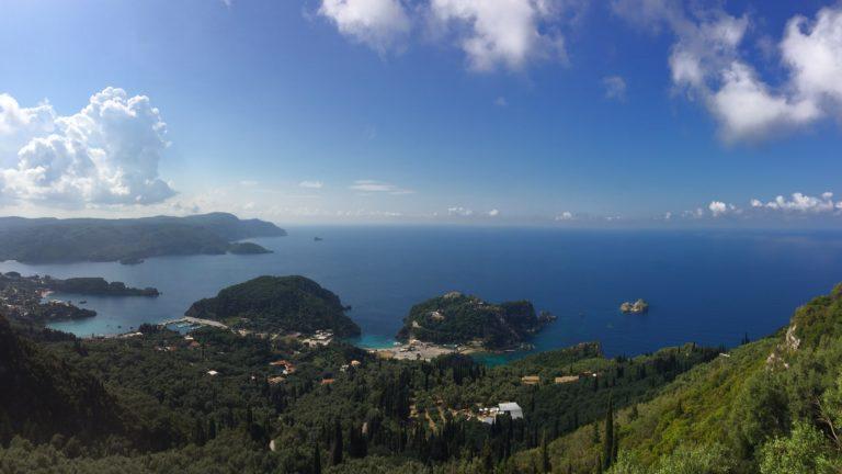 Ein Panorama vom Dorf Lakones auf Korfu in Griechenland