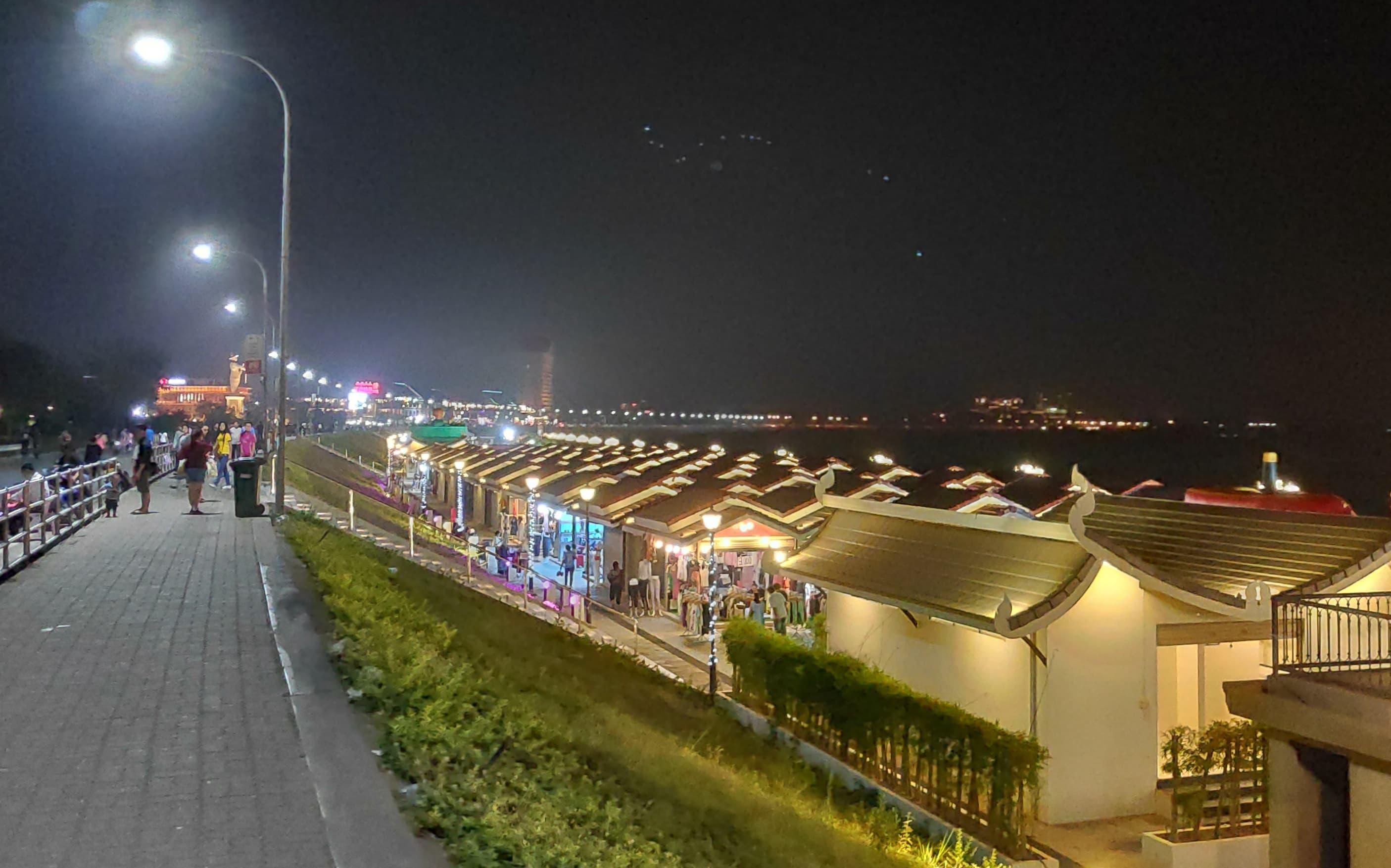 Der Nachtmarkt in Vientiane in Laos wird von vielen Einheimischen besucht.