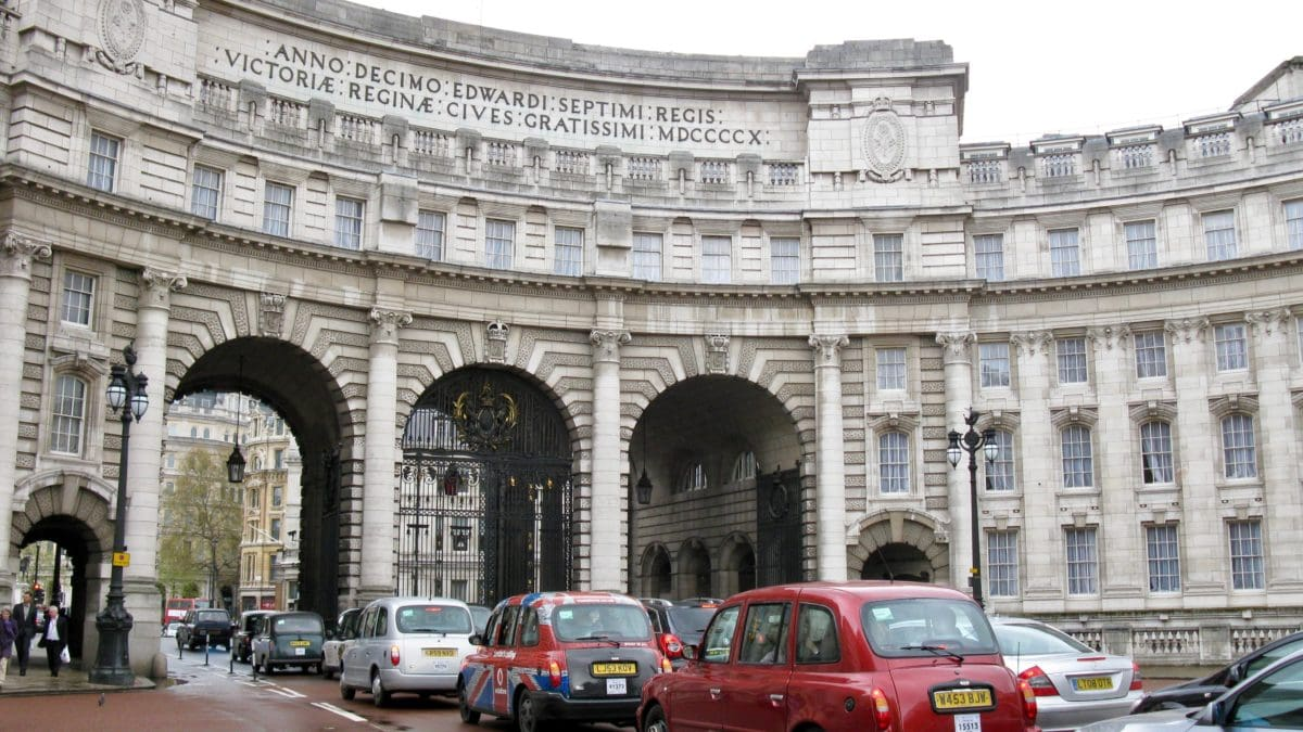 Der Admiralty Arch in London mit Taxen im Vordergrund