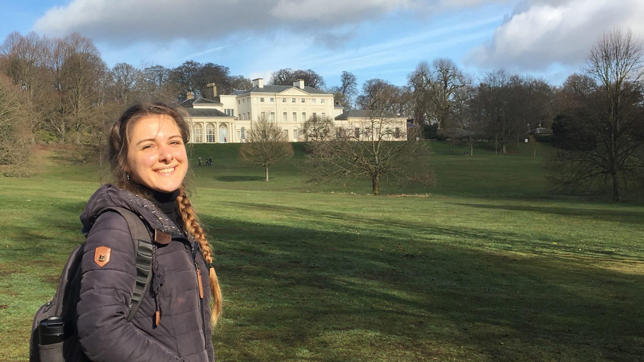 Julia vor Kenwood House in Hampstead Heath