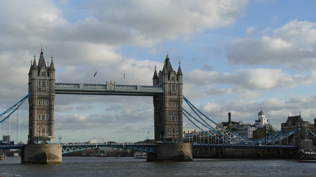 Hier an der Tower Bridge legen die Ausflugsboote Richtung Westminster ab. Mit ihnen kann man London vom Wasser aus erleben.