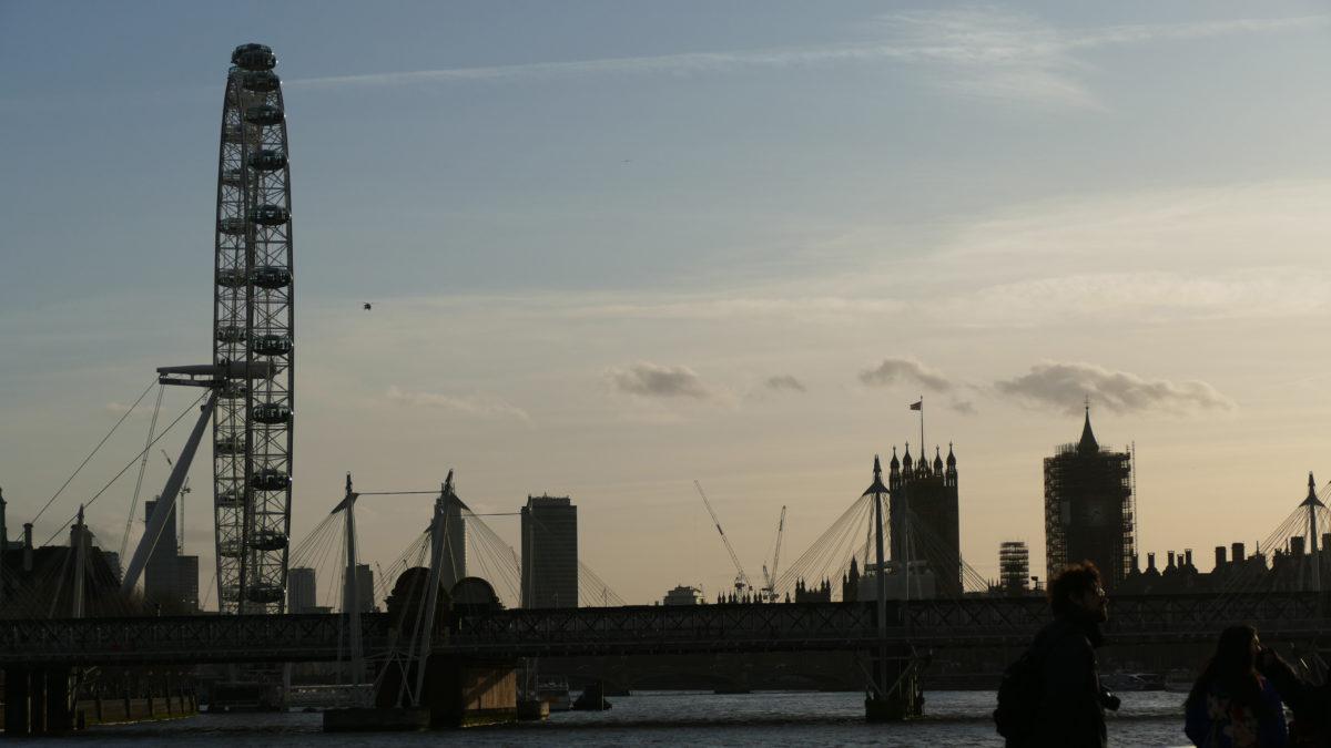 Heute möchte ich London vom Wasser aus entdecken. Direkt an der Tower Bridge beim Tower of London nehme ich eines der Ausflugsboote Richtung Westminster.