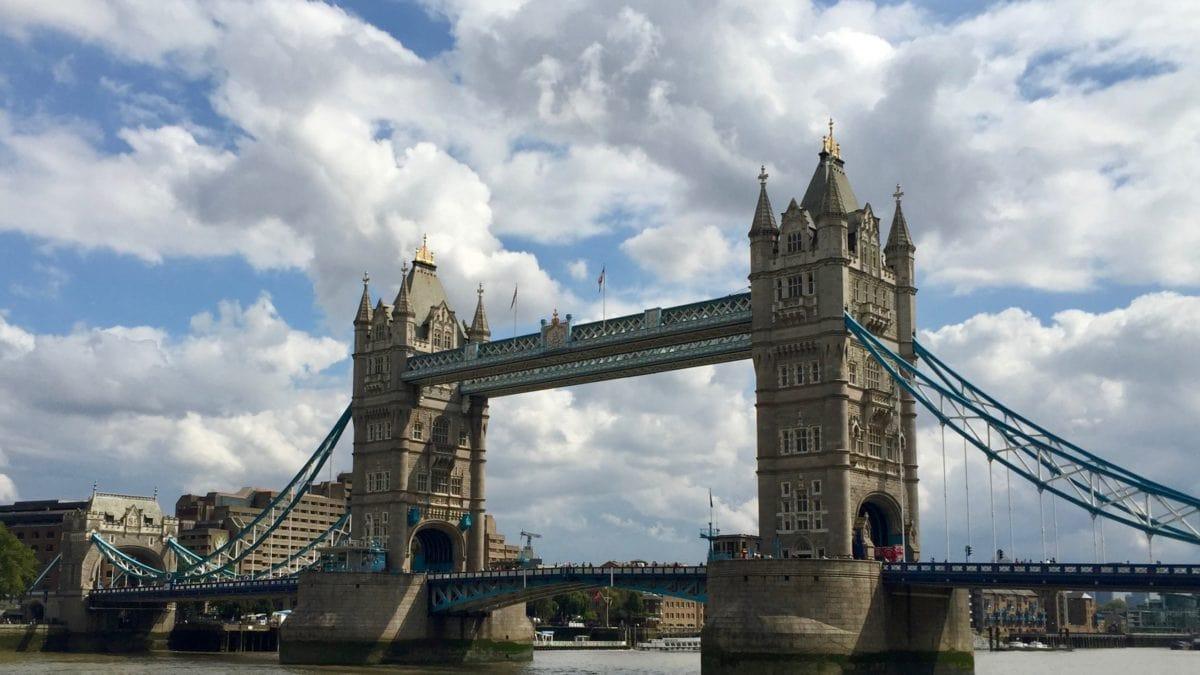 Die Tower Bridge in London mit Wolken am Himmel
