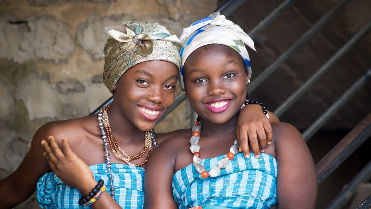 Zwei Mädchen in Afrika