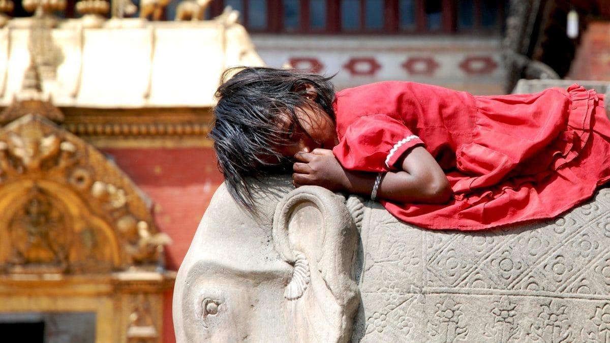 Ein Mädchen in Nepal mit Elefant