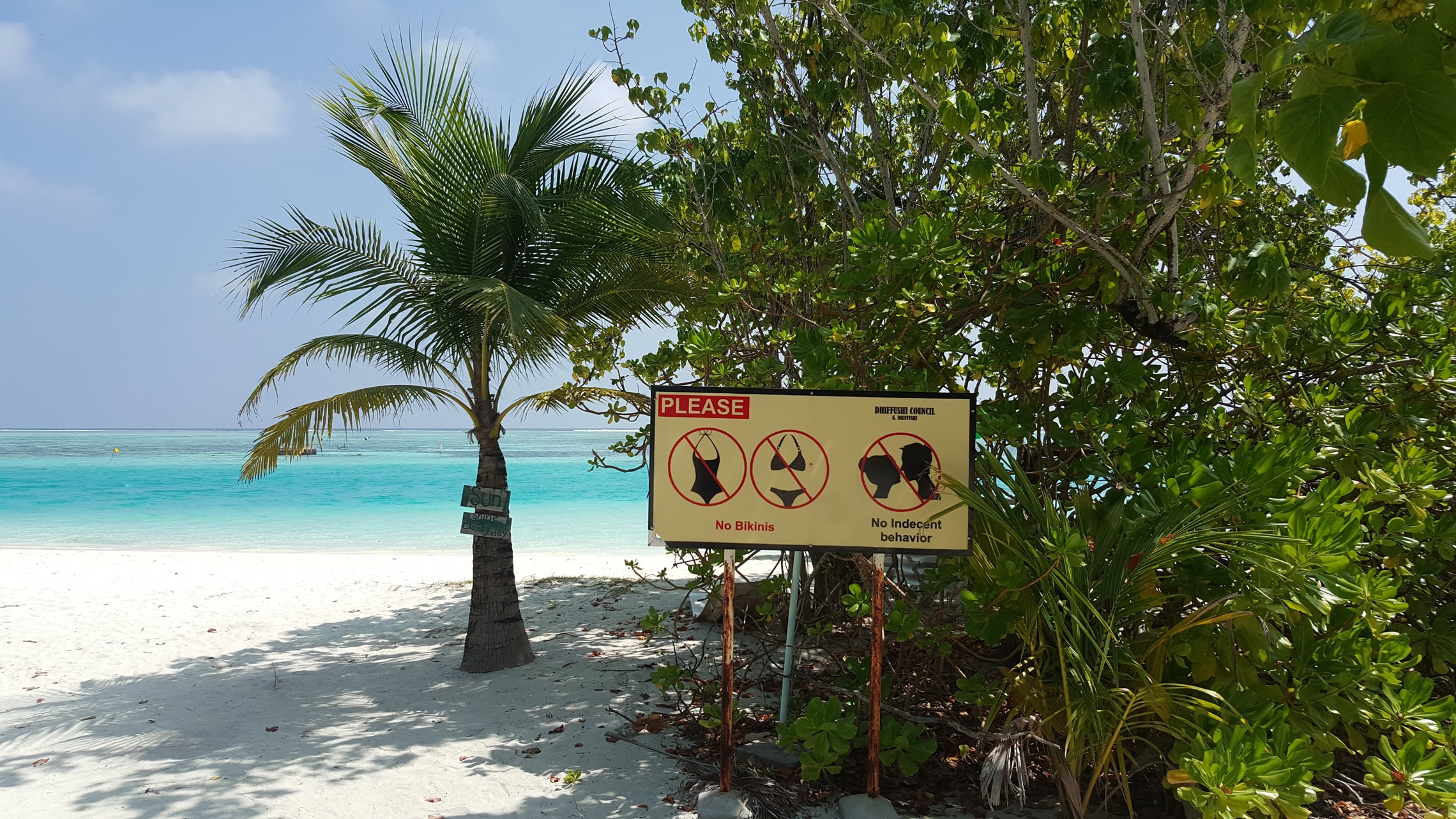 Auf der Insel der Einheimischen auf den Malediven gelten strenge Regeln. Zum Beispiel ist typische Badebekleidung nicht erlaubt.