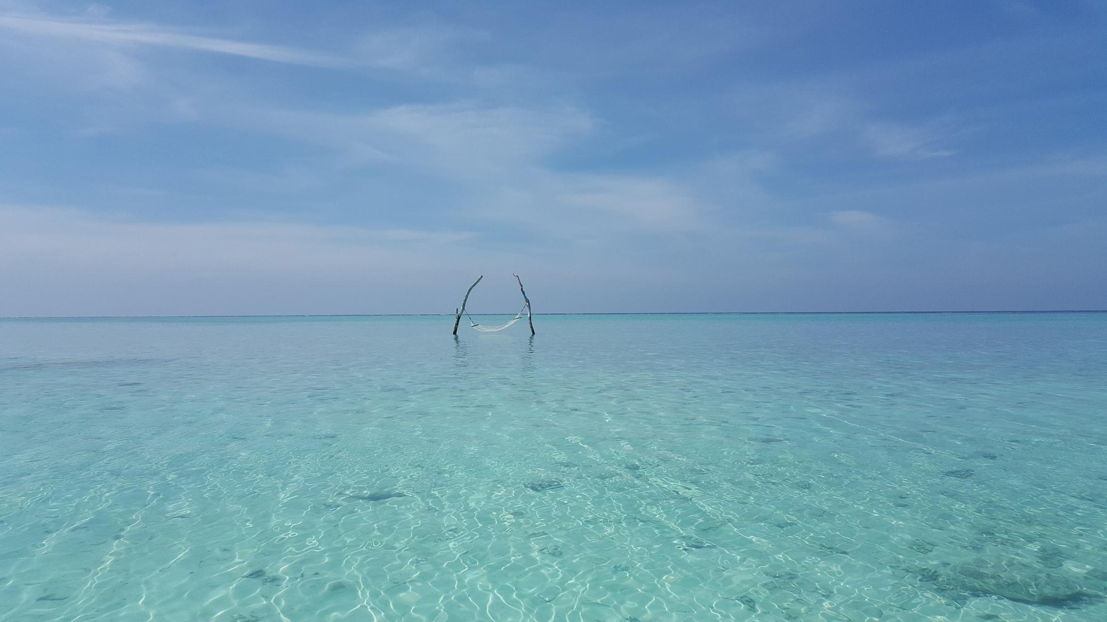 Hängematte im Meer auf den Malediven