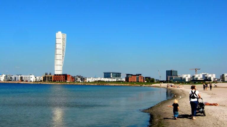 Malmö hat einen eigenen Stadtstrand. Im Hintergrund: Das Wahrzeichen Turning Torso.