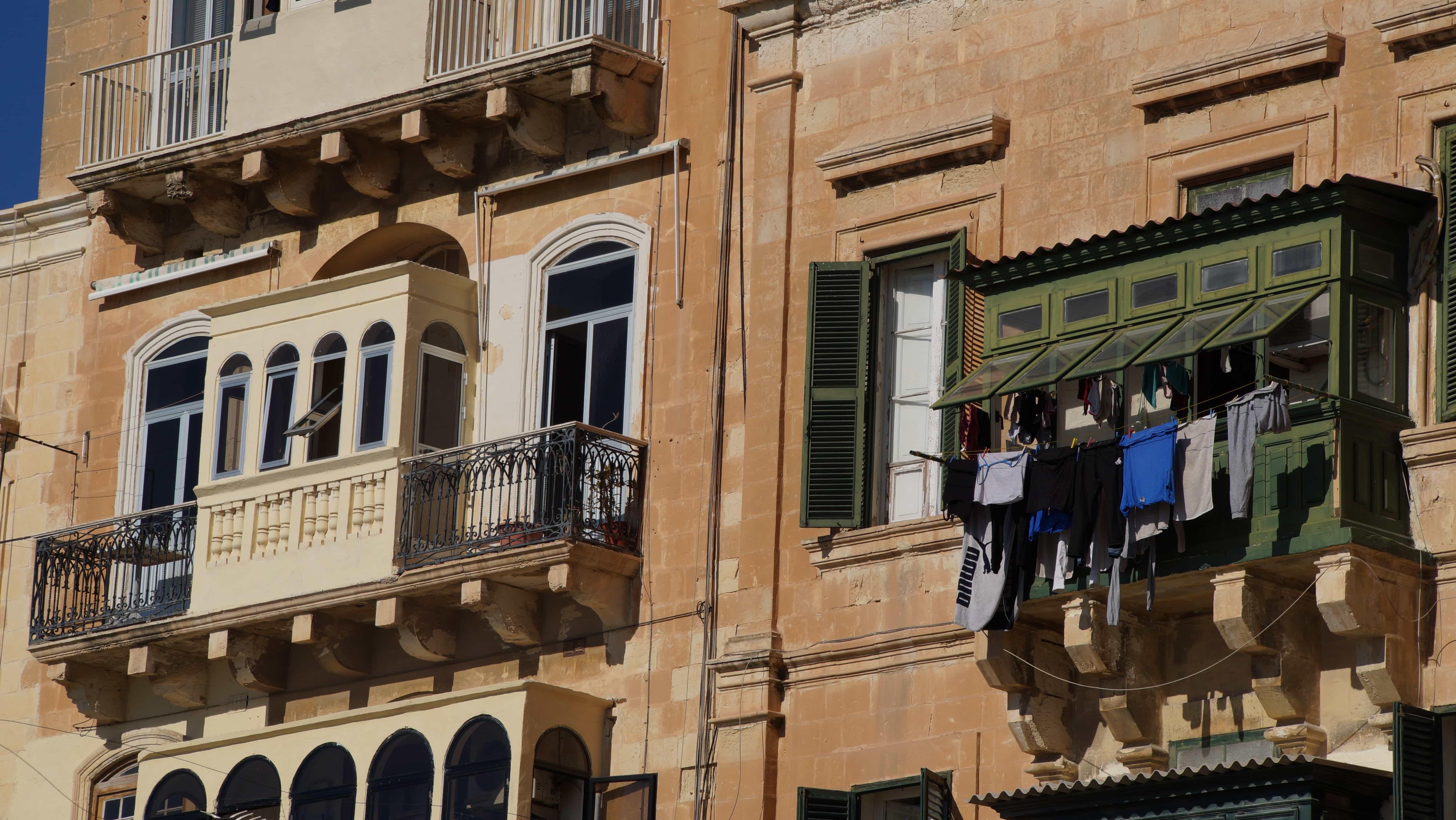 Fenster mit Wäsche in Valetta auf Malta