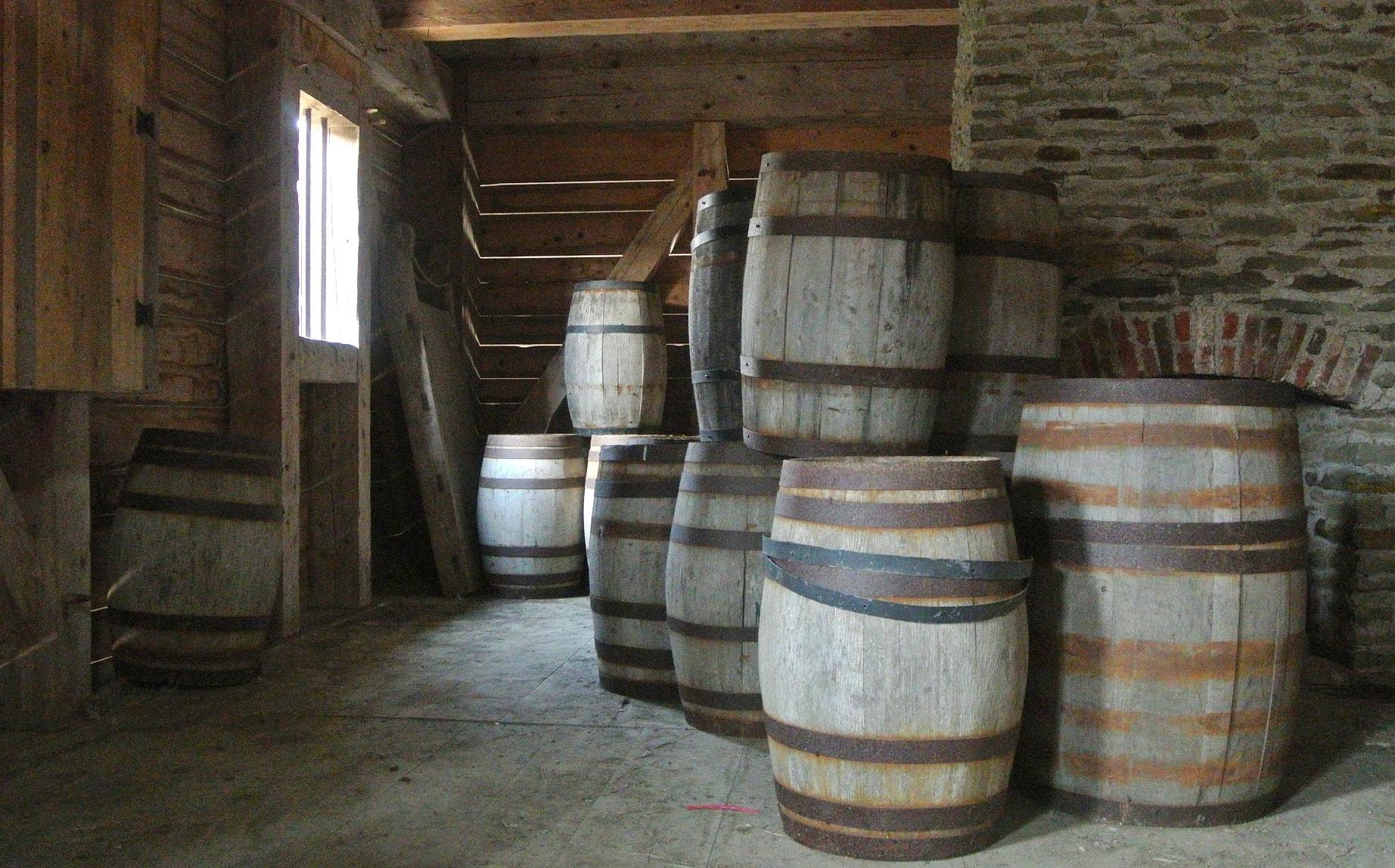 Der Rhum Agricole lagert auf Martinique in Eichenfässer, bis er in Flaschen abgefüllt wird und in den Verkauf geht.