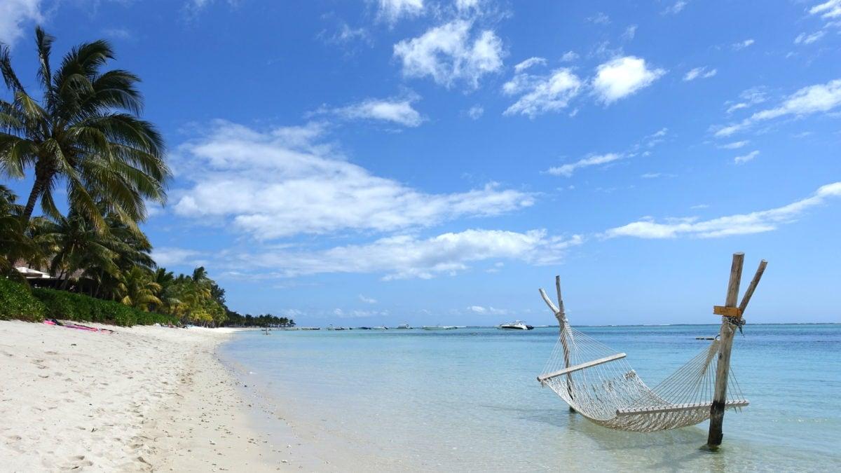 Hängematte im Wasser bei Le Morne auf Mauritius