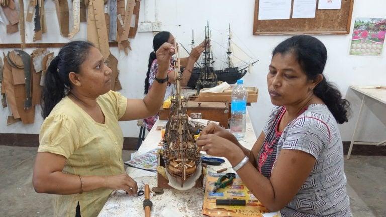 Im Historic Marine auf Mauritius bauen Modellschiffbauer kleine Kunstwerke