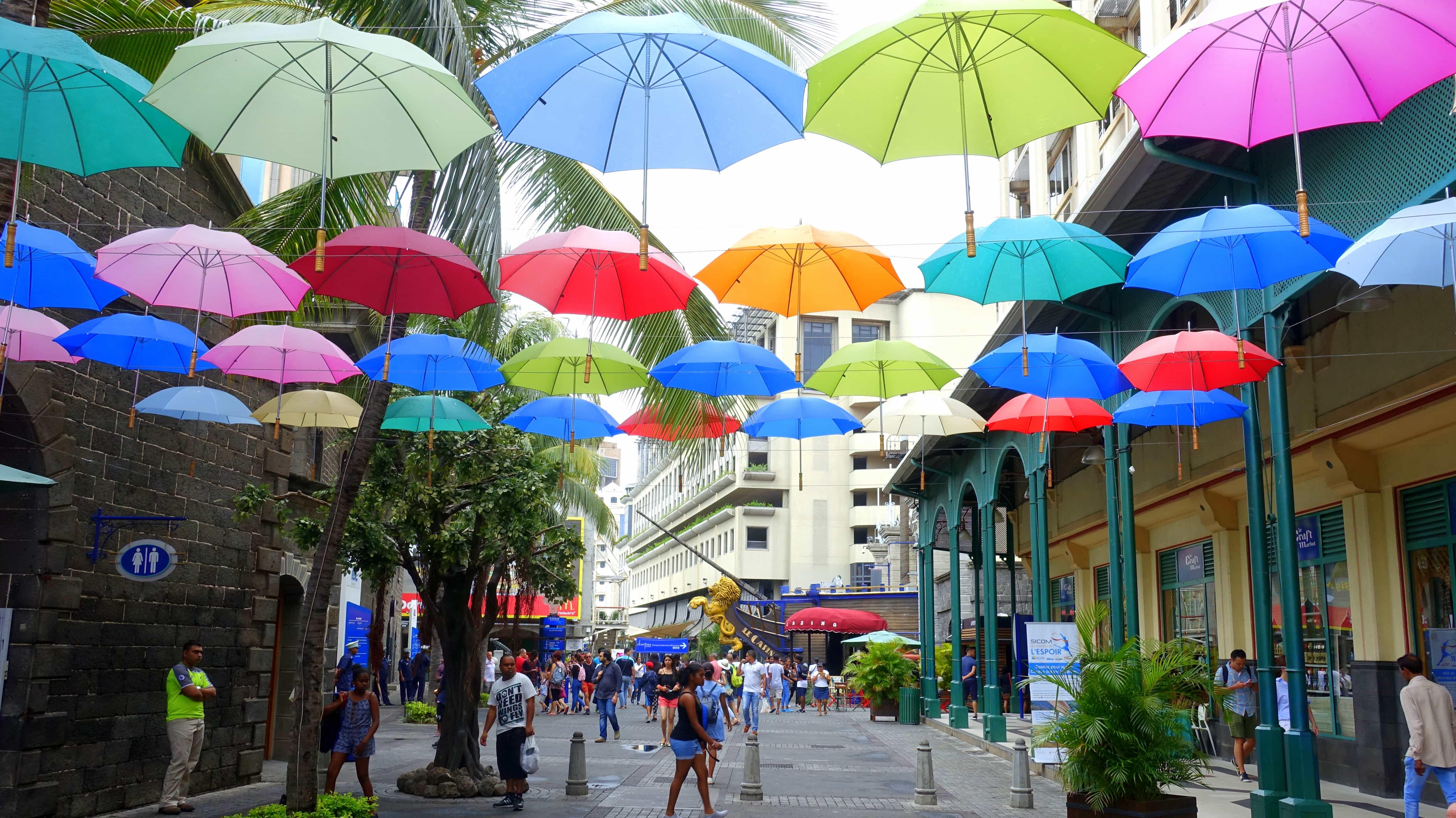 Schirme über Port Louis in Mauritius