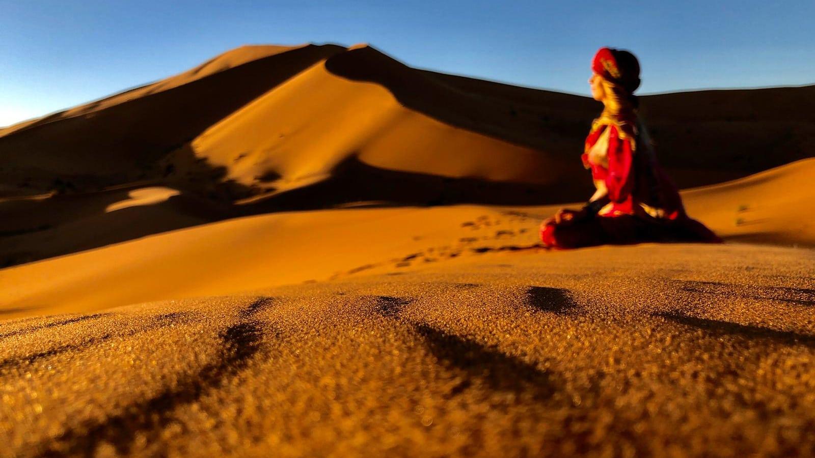 Annika Wagner meditiert in der Sahara auf einer Düne