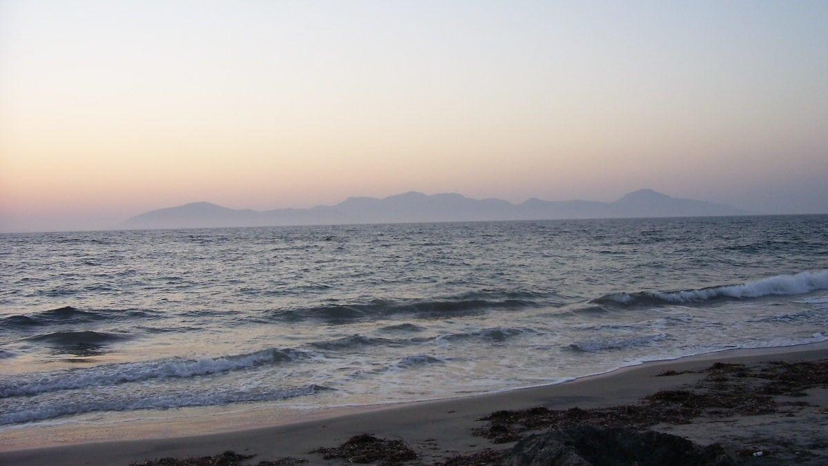 Wellen auf dem Meer mit Bergen im Hintergrund