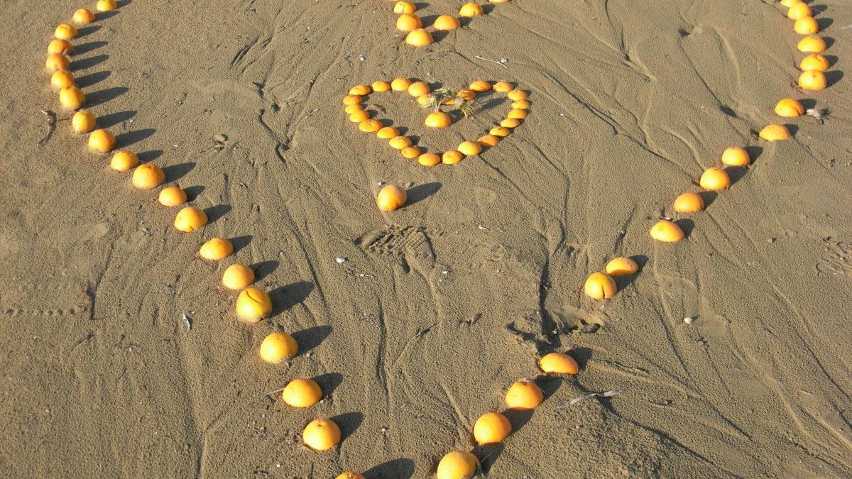 Herz aus Früchten am Strand