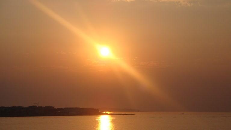 Ein orange leuchtender Sonnenuntergang