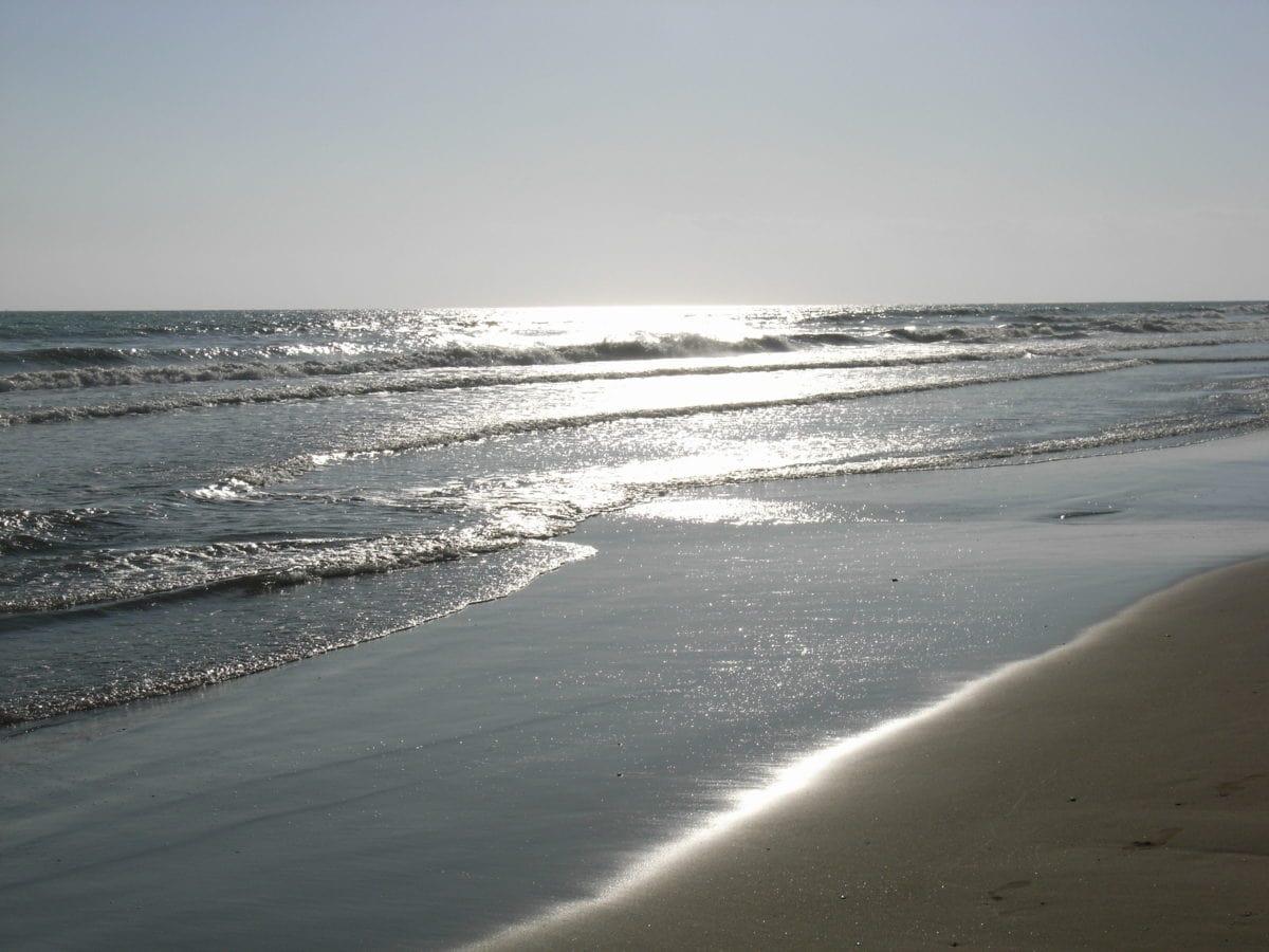 Sonnenstrahlen über dem Strand