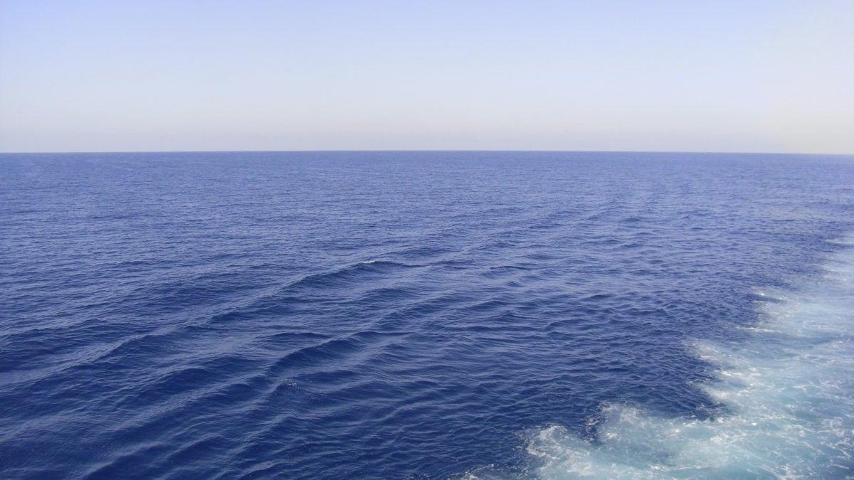 Klar blaues Meer mit Welle
