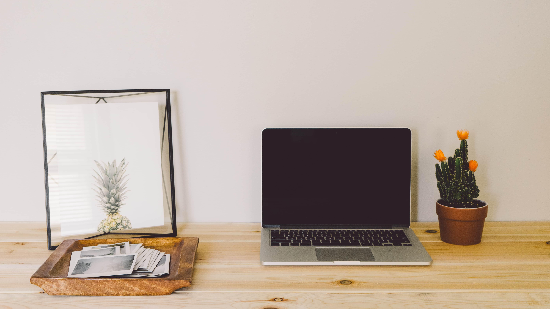Minimalismus: Schreibtisch mit Laptop und Ananas
