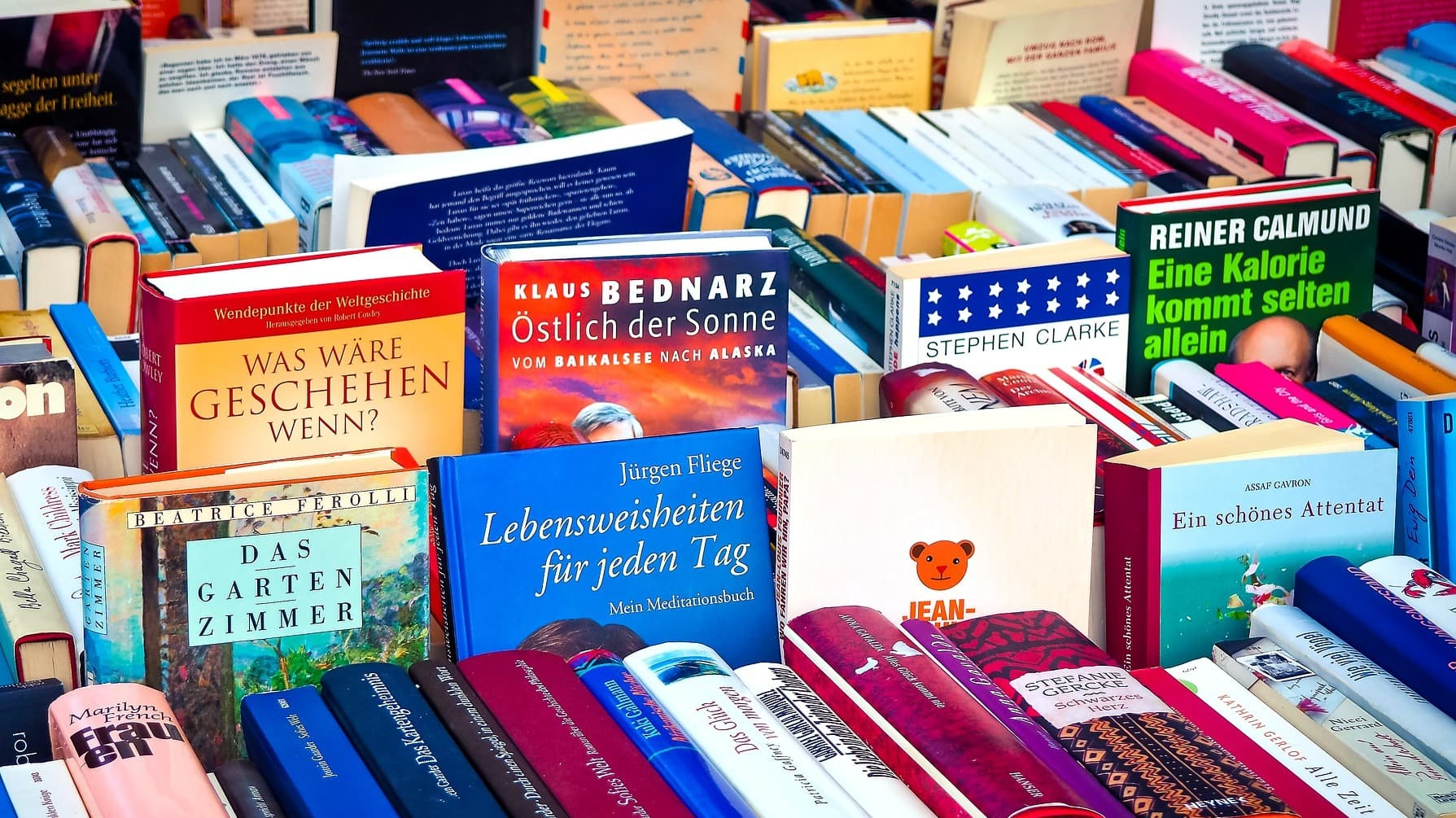 Minimalismus: Bücher auf einem Flohmarkt