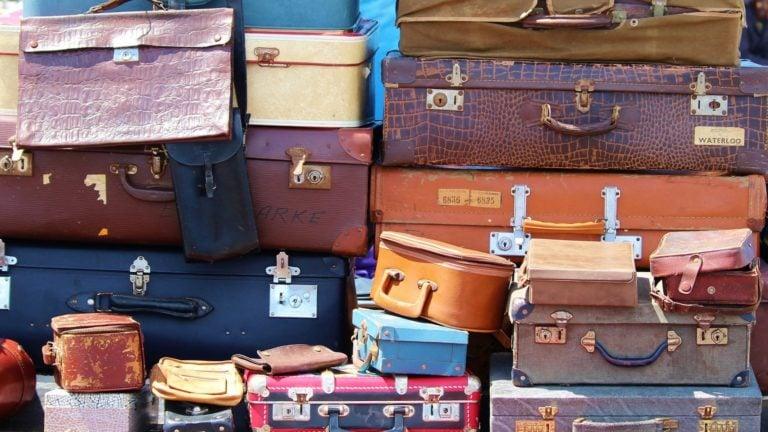 Minimalismus: Koffer auf dem Flohmarkt
