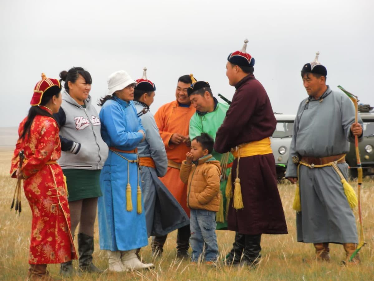 Traditionell gekleidete Mongolen auf dem Nomads Day Festival in Gun-Galuut in der Mongolei