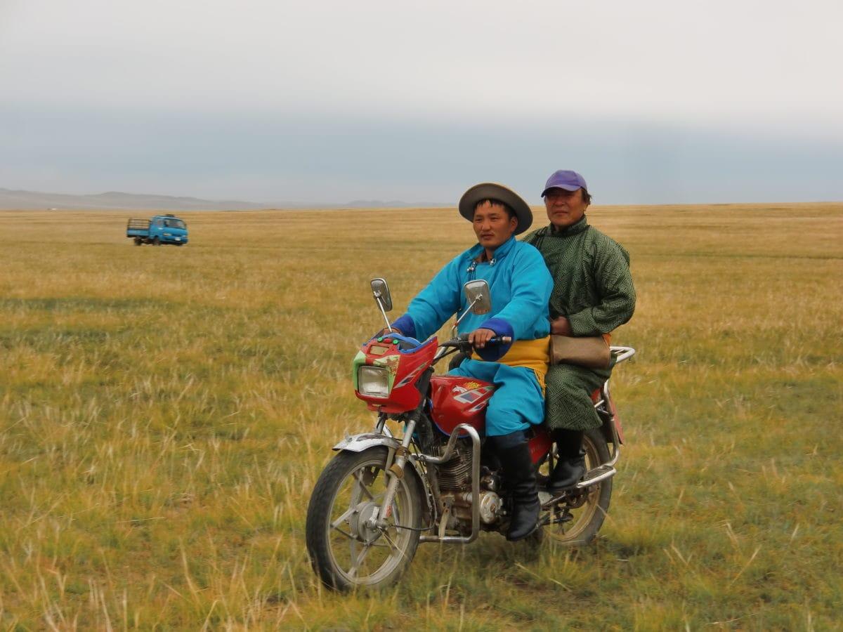 Zwei Männer auf einem Motorrad auf dem Nomads Day Festival in Gun-Galuut in der Mongolei