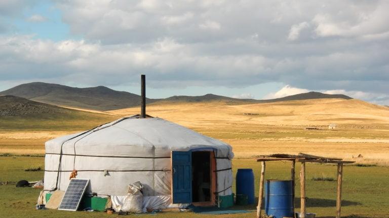 Eine Jurte mitten in der Steppe in der Mongolei