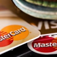 Die Konditionen für die Bezahlung mit deiner Kreditkarte im Ausland unterscheiden sich von Bank zu Bank.