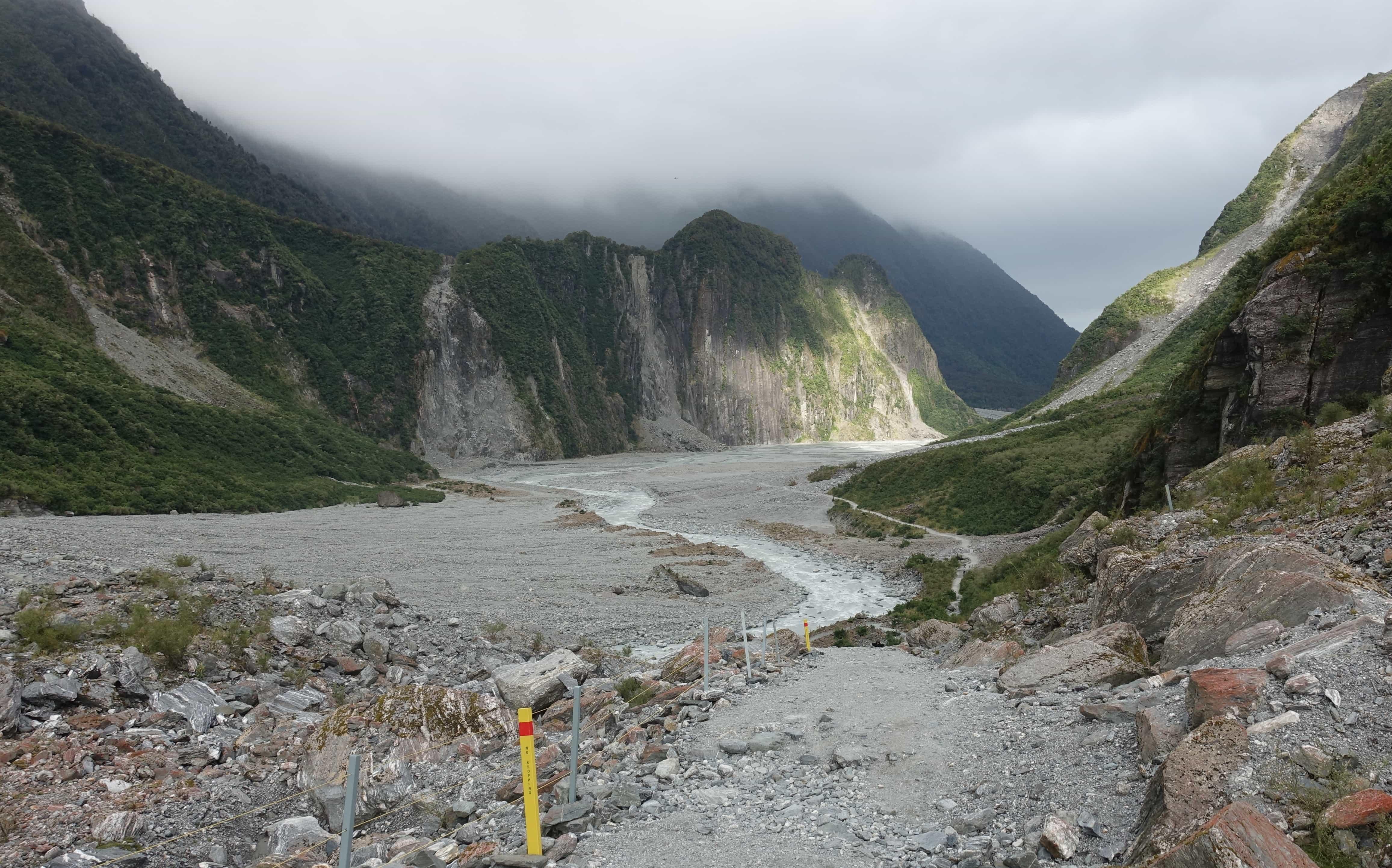 Sonne und Wolken am Fox Gletscher in Neuseeland