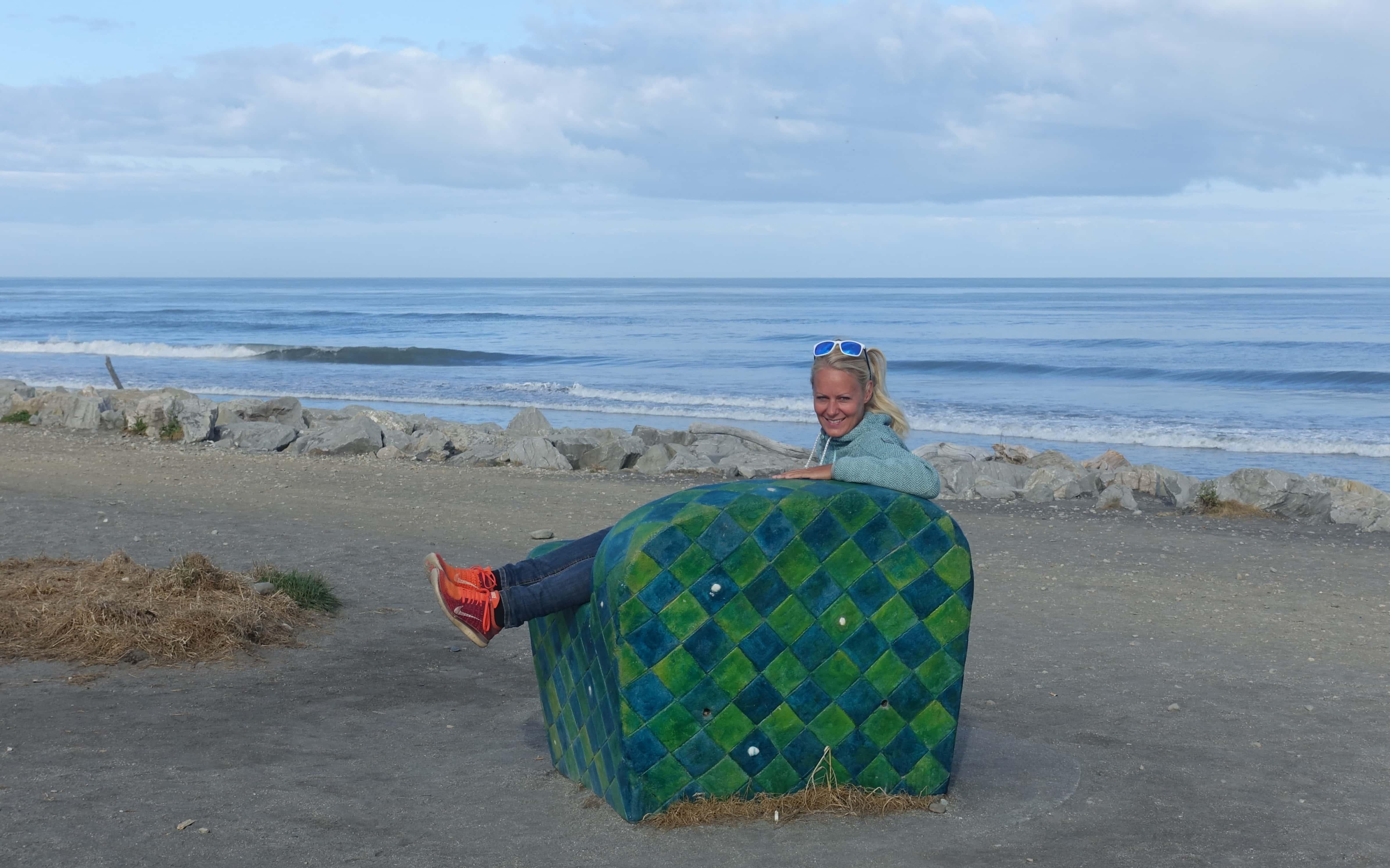Birte auf großen Sessel in Hokitika in Neuseeland