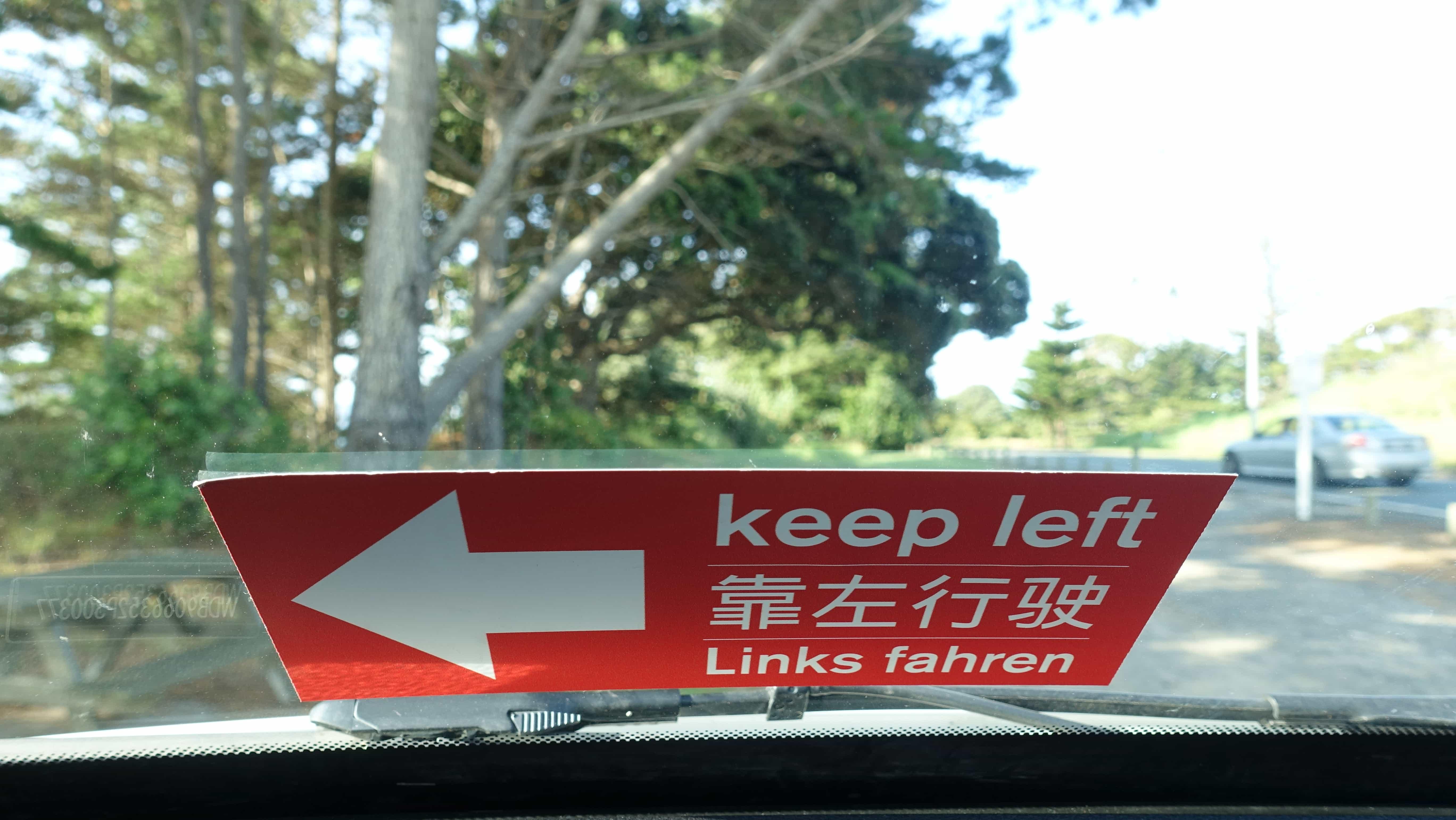 Warnschilder deuten auf den Linksverkehr in Neuseeland hin.