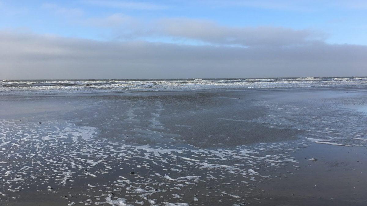 Das blaue Meer am Strand von Sankt Peter Ording in Nordfriesland